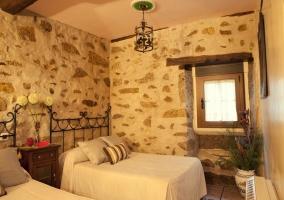 Paredes de piedra con ventana en dormitorio doble