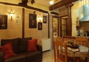 Salón comedor con muebles y cuadros decorando la pared