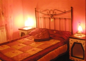 Dormitorio con luces encendidas