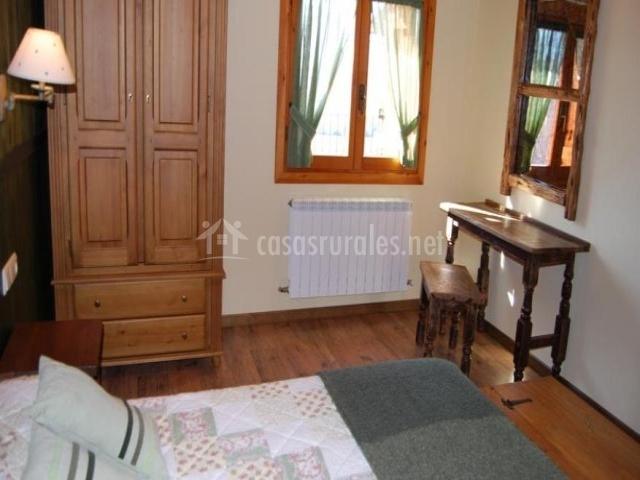 Dormitorio doble con muebles de madera