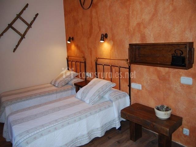 Dormitorio con camas individuales en coral