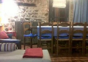 Comedor con mesa alargada