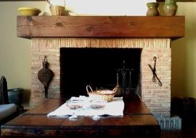 Detalle de la chimenea en el salón