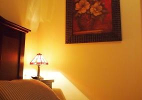 Detalle de uno de los dormitorios con pared amarilla