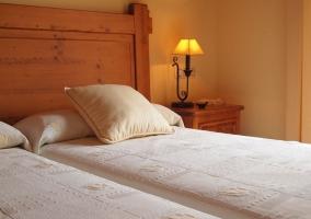 Dormtorio doble con camas individuales y cabeceros de madera