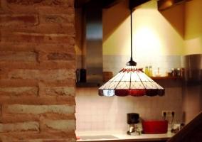 Lámpara de techo de colores en cocina