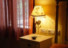 Lámpara en mesilla de noche de una de las habitaciones