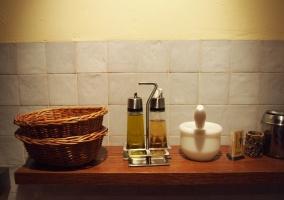 Vinagreras en encimera de la cocina