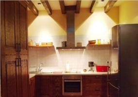 Cocina de madera con vigas en el techo