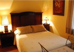Habitacion con cama de matrimonio y cabecero de madera
