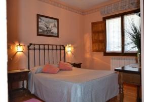 habitación con cama gris