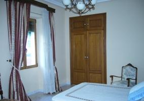 Dormitorio con un armario empotrado
