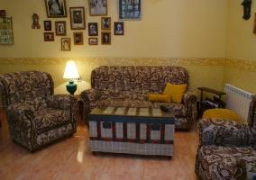 Salón con sofás y cuadros