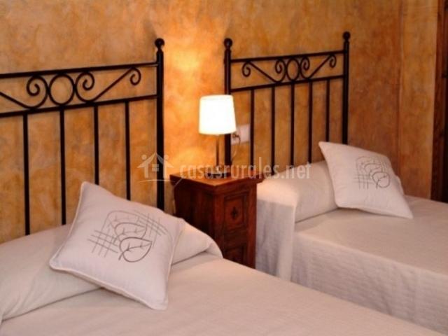 Dormitorio doble con un par de camas en la planta superior