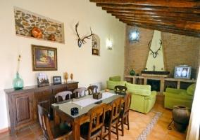 Amplio salón-comedor con vigas de madera en el techo
