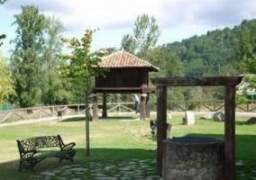 Jardín con hórreo tradicional