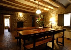 Mesa de comedor grande de madera de la casa rural
