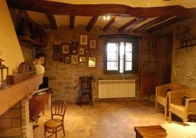 Salón de piedra con detalles en madera y chimenea