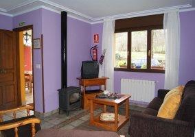 Salón con paredes moradas