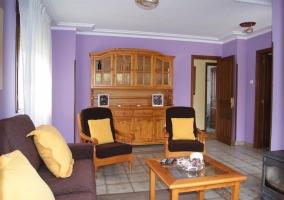 Sofá y butacas con cojín amarillo