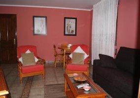 Salón rosa con butacas a juego