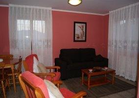 Salón de paredes rosas