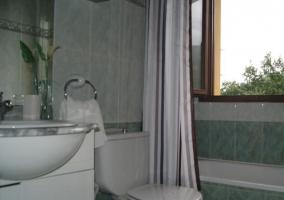 Baño con bañera junto a la ventana