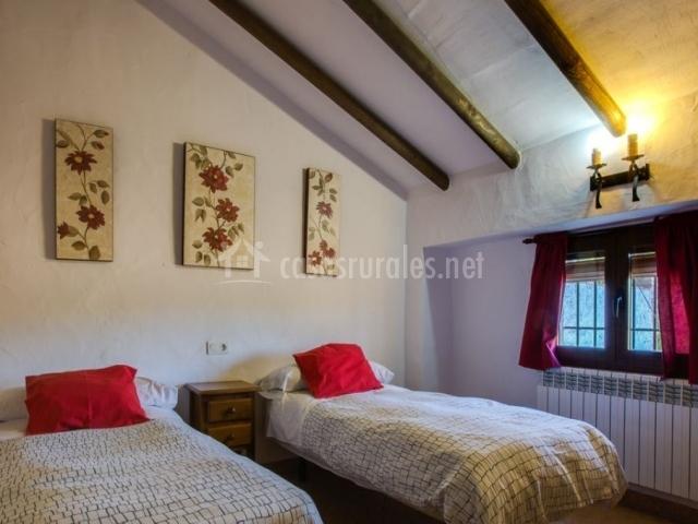 Dormitorio doble con cojines en rojo