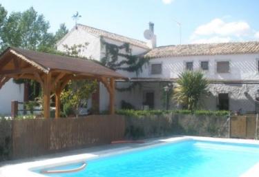 15 casas rurales con piscina en alcala la real for Casa rural para 15 personas con piscina