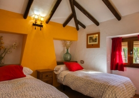 Dormitorio doble con ventana a un lado