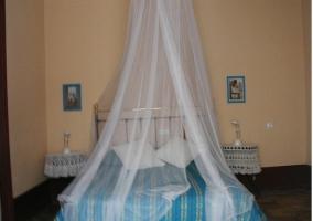 Cama de matrimonio con mosquitera