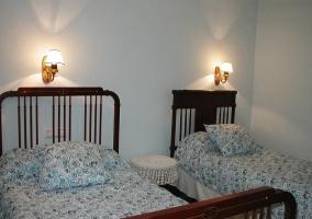 Dormitorio con dos camas individuales en la casa rural