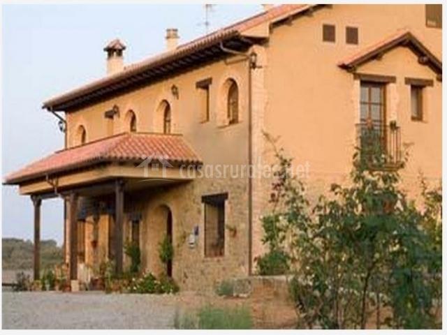 Casa rural con tejadillo sobre la entrada