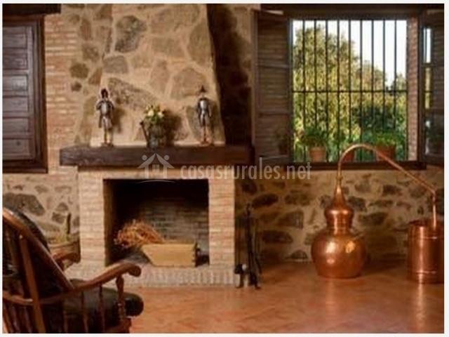Chimenea clásica y ventana con rejas en la casa rura