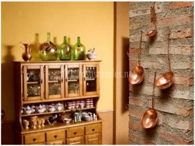 Cocina con armario para menaje de casa rural