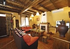 Salón de la casa rural con techos de madera
