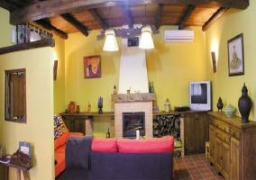 Vista panorámica del salón con chimenea en la casa rural