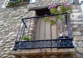 Fachada de piedra del edificio pequeño de la casa rural