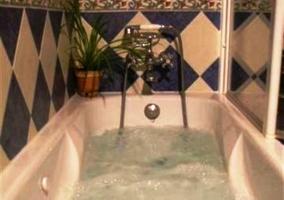 Bañera con agua y rombos azules y blancos