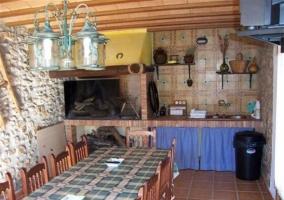 Barbacoa y mesa en la sala multiusos