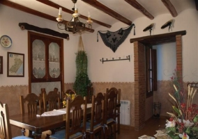 Comedor con mobiliario y vigas de madera