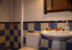 Cuarto de baño con cuadrados blancos y azules