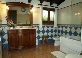 Cuarto de baño con rombos azules y blancos