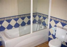 Cuarto de baño del dormitorio. Bañera y rombos azules y blancos