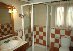 Cuarto de baño del dormitorio con cuadrados naranjas y blancos