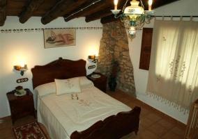Dormitorio de matrimonio con esquina de piedra
