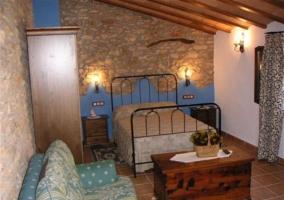 Dormitorio de matrimonio con sillón azul