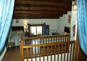 Dormitorio doble con escaleras en la buhardilla