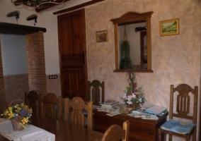 Mesa y decoración del comedor de la casa rural