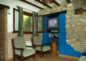 Rincón con televisión, DVD y minicadena en la casa rural